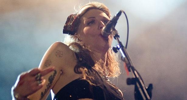 Courtney Love se apresentando no festival SWU, em Paulínia (13/11/11)