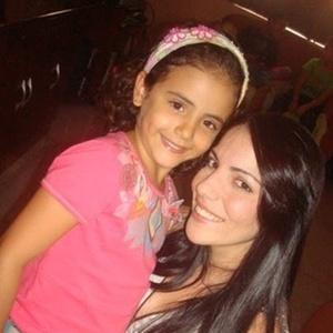A pequena Isabela Marinho Moreira tirou foto com a sister Anamara, num almoço na casa de amigos da participante do BBB10 em Juazeiro - BA