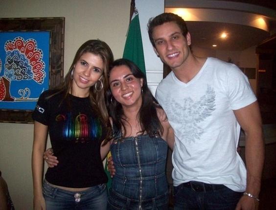 Juliana Carvalho Gomes tirou uma foto com o casal Cacau e Eliéser, do BBB10