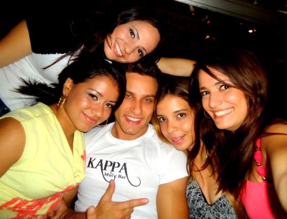 Thauane, Pamela, Lígia e Renata enviaram uma foto com o ex-bbb Eliéser, participante da décima edição do programa