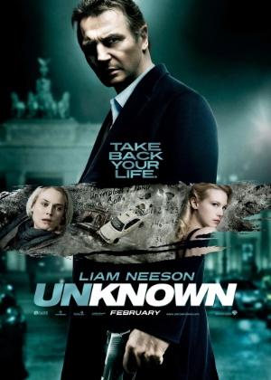 O pôster é igual a esta imagem de divulgação, com um detalhe especial: é assinado pelo elenco, que inclui o astro Liam Neeson e January Jones