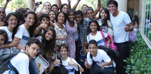 """Blog do UOL Entretenimento - Fenômeno da internet, trio """"Para Nossa Alegria"""" é cercado por fãs no Rio de Janeiro   Comente - Photo Rio News"""