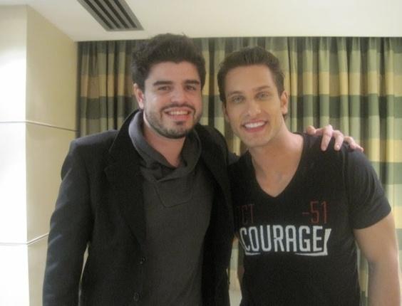 Carlos Tosetti tirou uma foto com o ex-BBB Eliéser, da décima edição do Big Brother Brasil