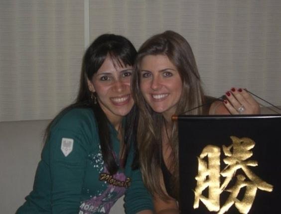 A internauta Karina tirou uma foto com a sister Iris, do BBB7