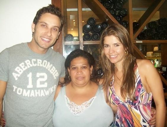 A internauta Aline Cabral Alexandre ao lado do casal Eliéser e Cacau, participantes do BBB10