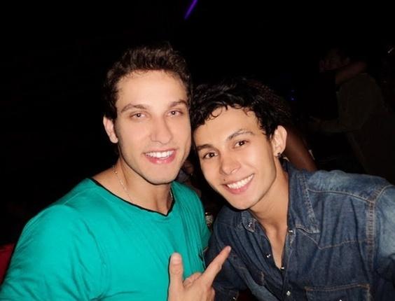 Danilo Dutra encontrou o ex-bbb Eliéser, participante do Big Brother Brasil 10,  em uma festa