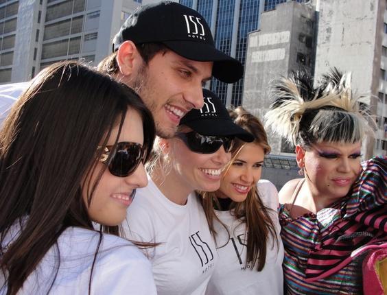 Mariângela Duarte encontrou com o ex-bbb Elisér na Parada Gay de São Paulo