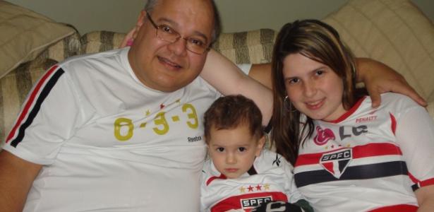 Camila Siqueira e o pai, Paulo Siqueira Jr., comemoram sempre juntos as vitórias do São Paulo. No meio está o pequeno Vitor, que já é mais um torcedor. Mande também sua foto para o UOL - Camila Siqueira/Você Manda/UOL
